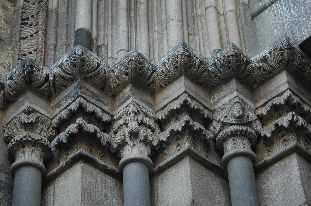 Capitells en formes vegetals de la porta de l'Avemaria de Santa Maria del Pi