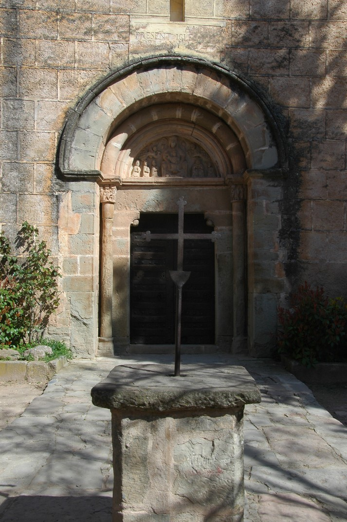Pòrtic de l'església de Sant Martí de Mura de les Valls del Montcau
