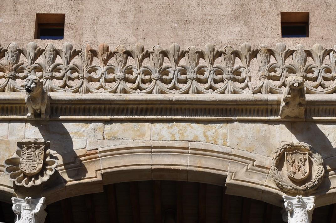 Flor de Lis al pati interior de la Casa de les Petxines de Salamanca