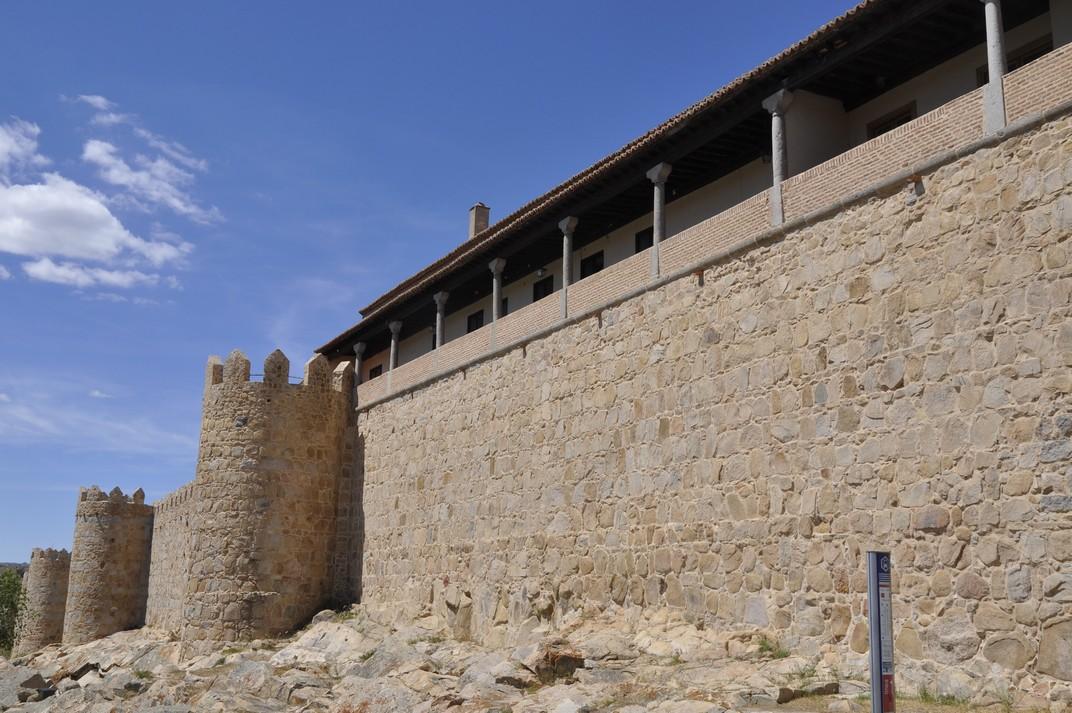 Palau Núñez Vela d'Àvila -adossat a la muralla-