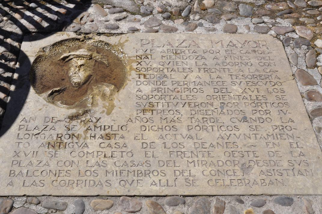 Placa Cardenal Mendoza de la Plaça Major de Sigüenza de Castella-La Manxa