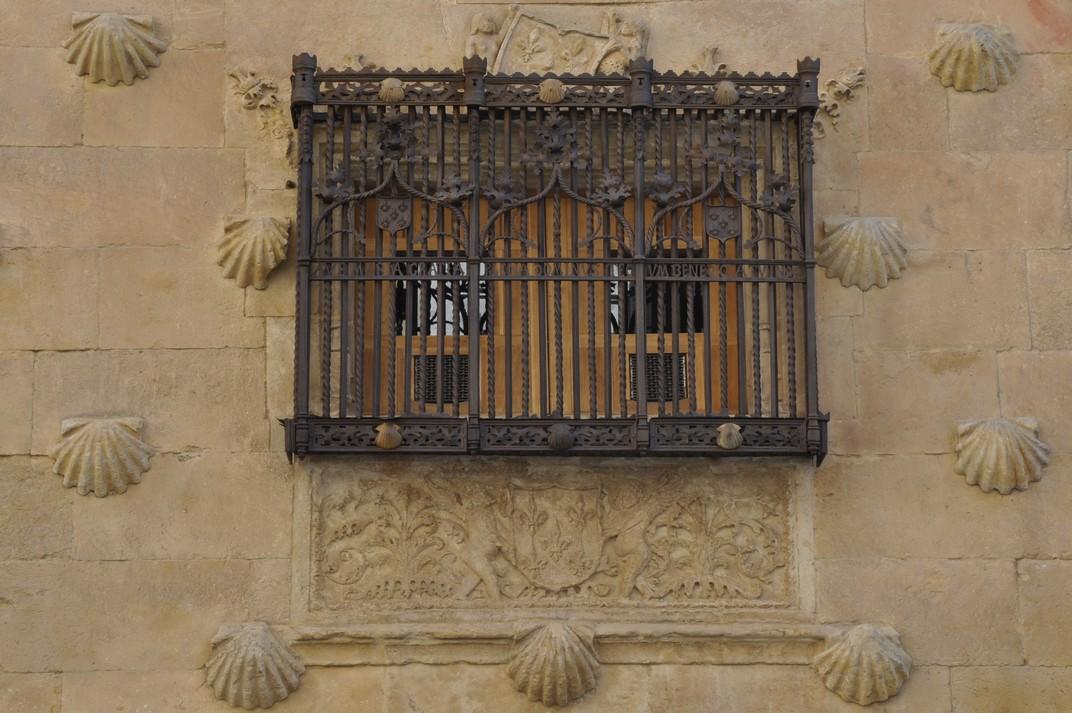 Reixes originals a la façana de la Casa de les Petxines de Salamanca