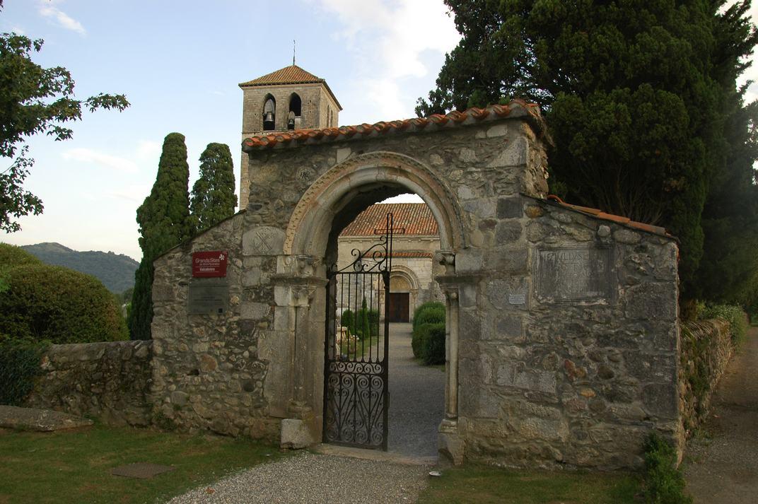 Accés al recinte de la basílica de Sant Just de Valcabrère
