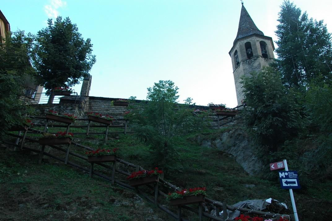 Accés al recinte de l'església de Santa Eulàlia d'Unha
