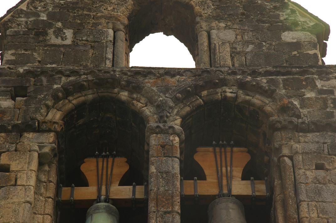 Arcs de mig punt del campanar d'espadanya de l'església de Sant Esteve de Betren