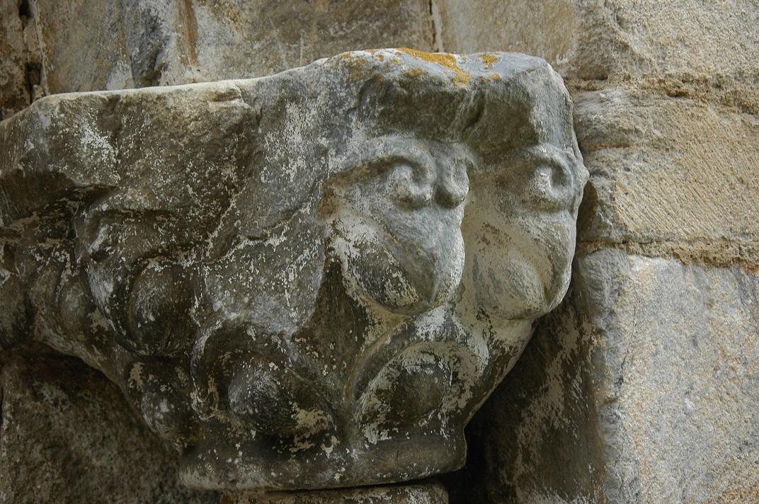 Capitells de la portalada de l'església de Santa Maria de Cap d'Aran de Tredòs