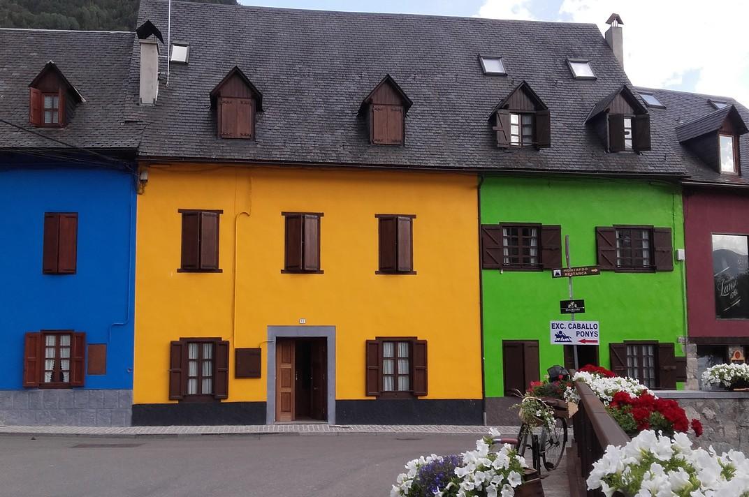 Cases de colors a la població d'Arties