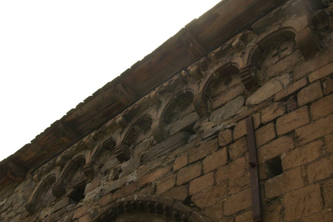 Cornisa del mur de la portalada de l'església de Sant Esteve de Betren