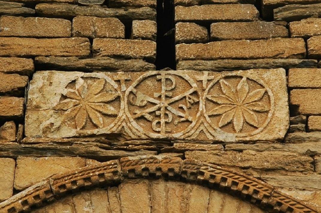Crismó de la portada de l'església de Sant Fèlix de Vilac