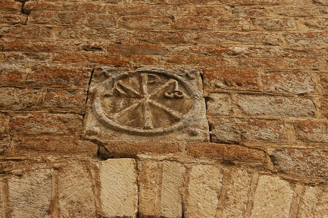 Crismó de la portalada de l'església de Santa Maria de Cap d'Aran de Tredòs