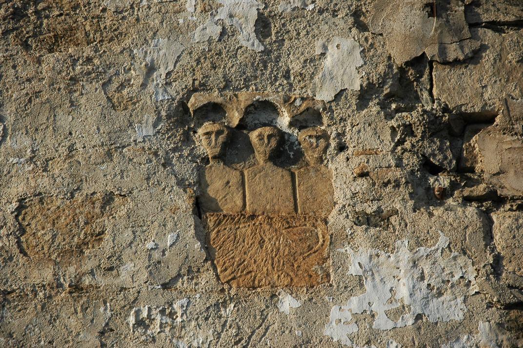 Esteles funeràries de la façana meridional de l'església de Santa Maria de Vilamòs