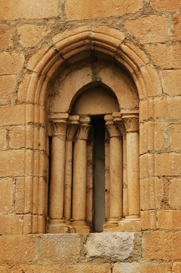 Finestra absis lateral de l'església de Sant Esteve de Betren