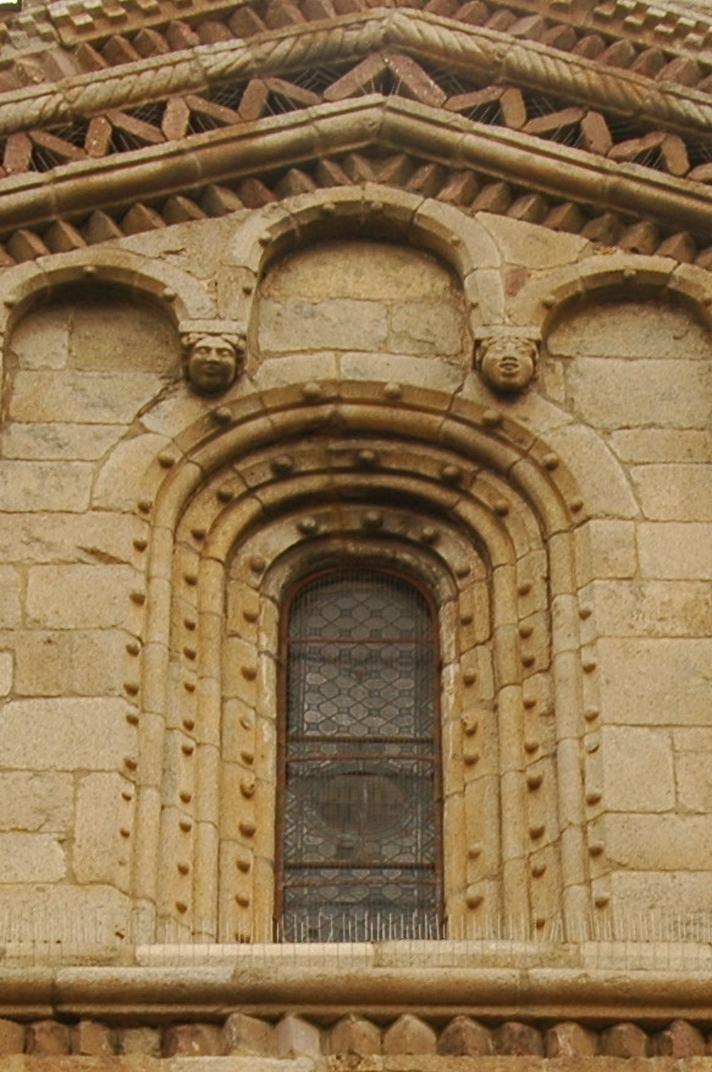 Finestra de la portalada central de la Catedral de Santa Maria de la Seu d'Urgell