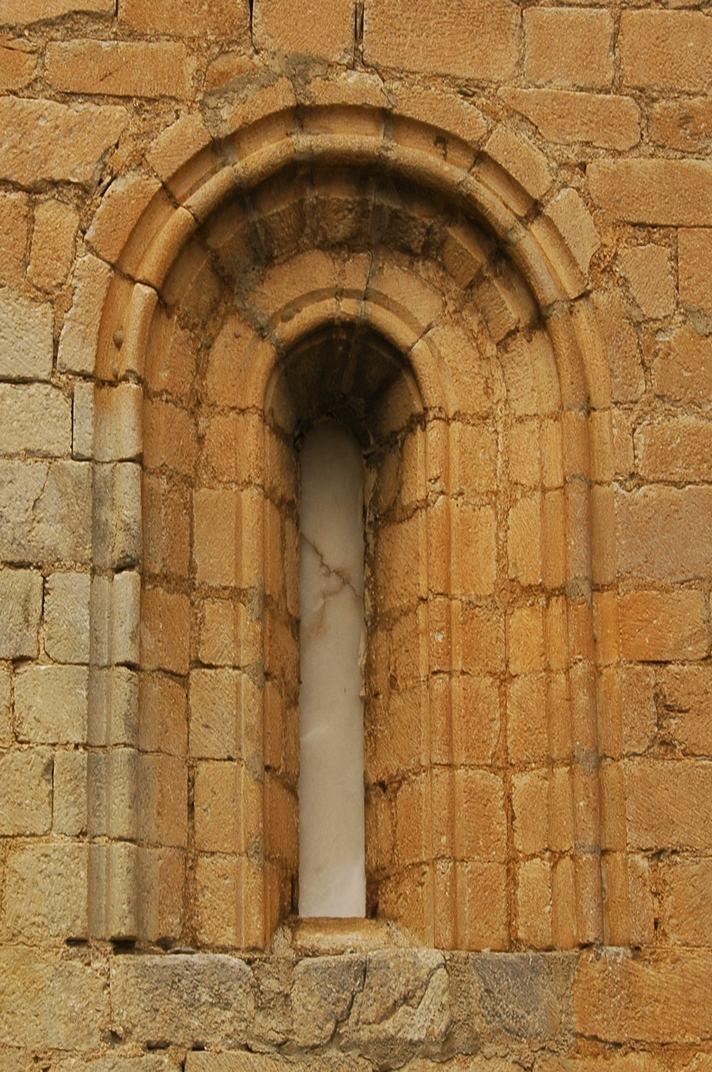 Finestra de l'absis central de l'església de Sant Esteve de Betren