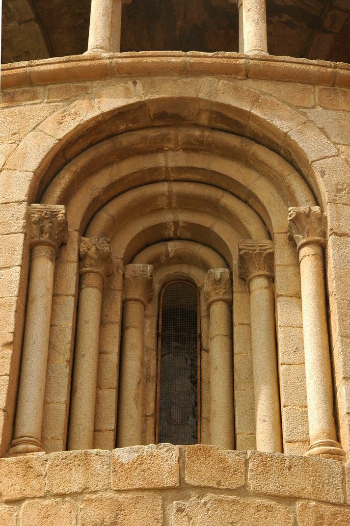 Finestra de l'absis de la Catedral de Santa Maria de la Seu d'Urgell