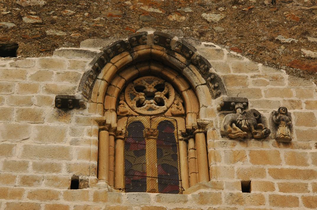 Finestra gòtica de la capçalera de l'església de Sant Esteve de Betren