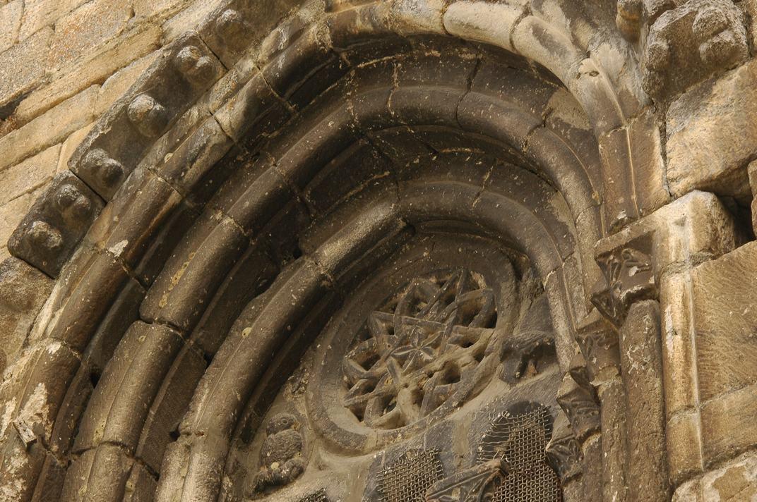 Finestral gòtic del mur de ponent de l'església de Sant Esteve de Betren