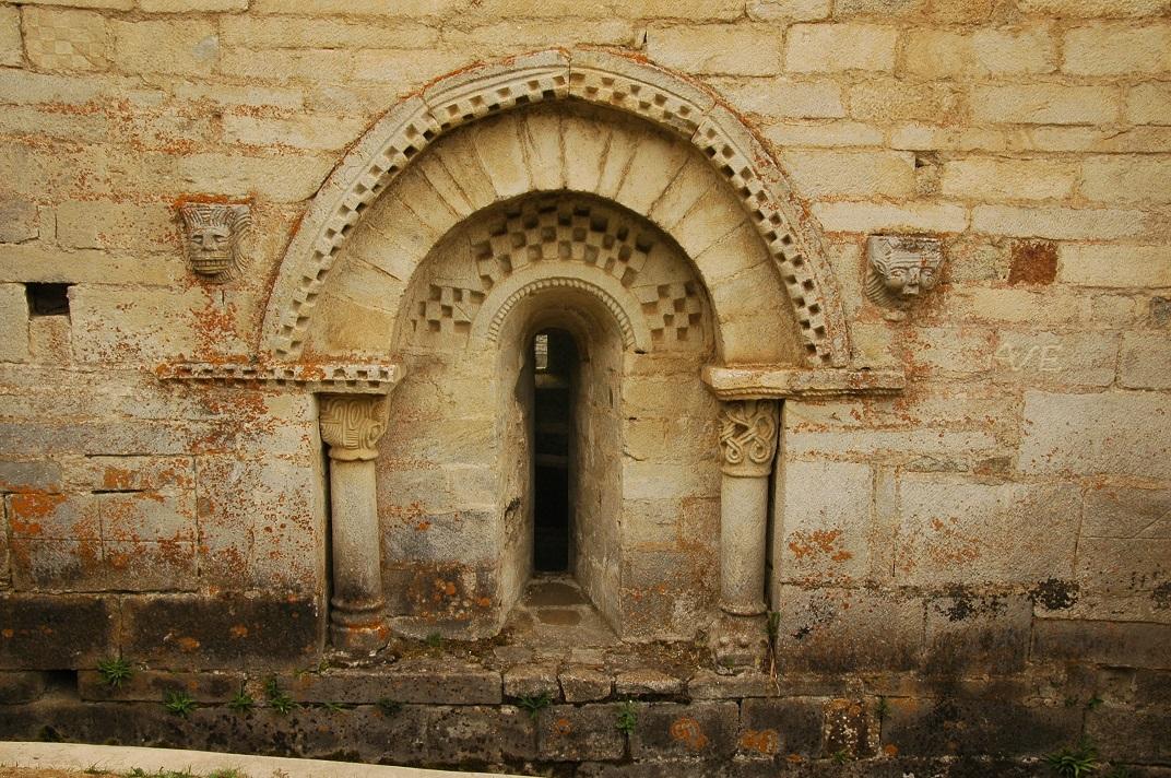Finestres romàniques del mur nord de l'església de Santa Maria de Cap d'Aran de Tredòs