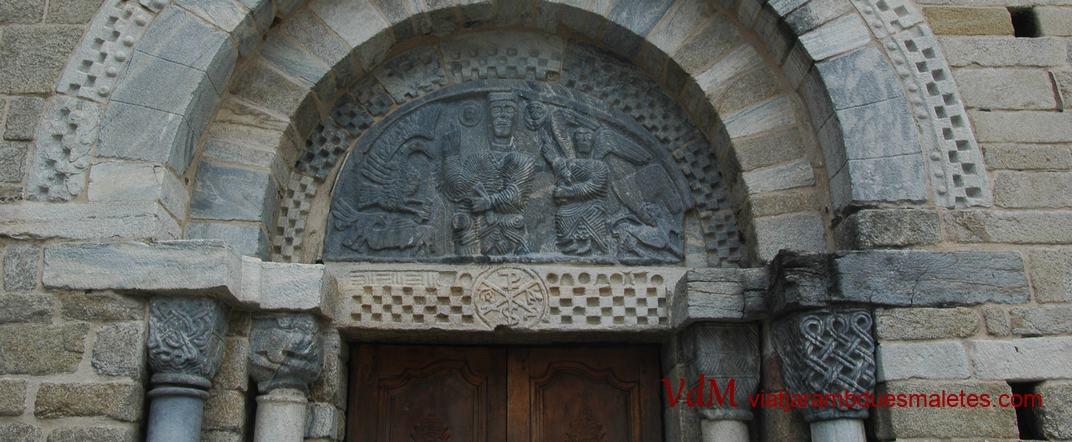 Llinda de la portalada nord de l'església de la Purificació de Bossòst