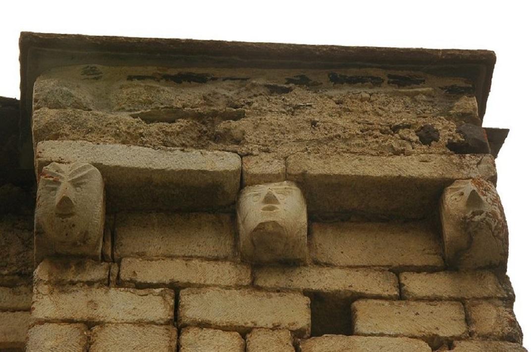 Mènsules de caps del mur nord de l'església de Santa Maria de Cap d'Aran de Tredòs