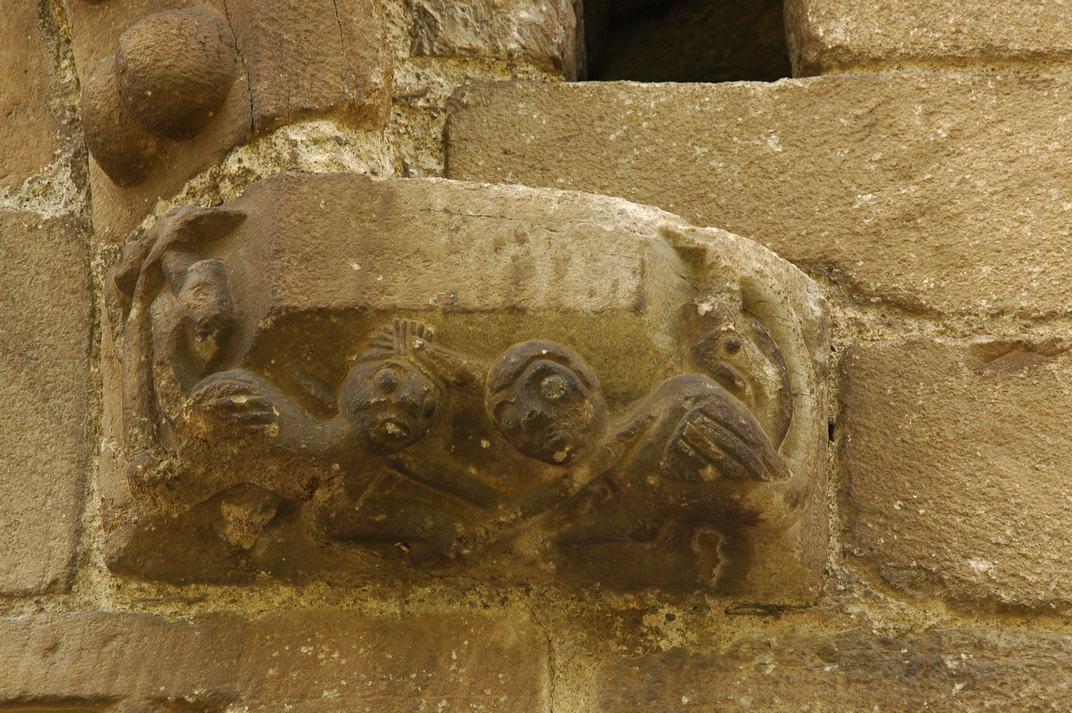Mènsules de la portalada de l'església de Sant Esteve de Betren