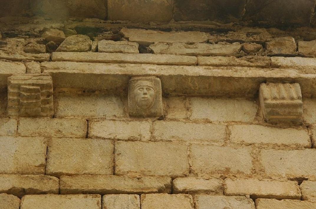 Mènsules geomètriques del mur nord de l'església de Santa Maria de Cap d'Aran de Tredòs