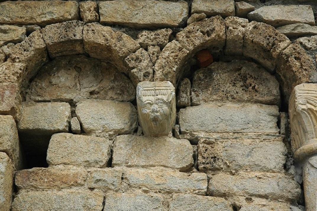 Mur de migdia de l'església de Santa Maria de Cap d'Aran de Tredòs
