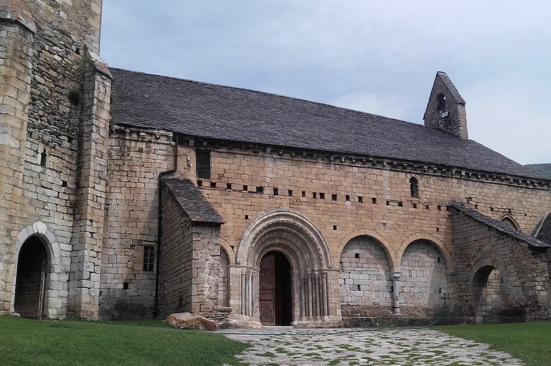 Pati d'armes de l'església de Sant Andreu de Salardú