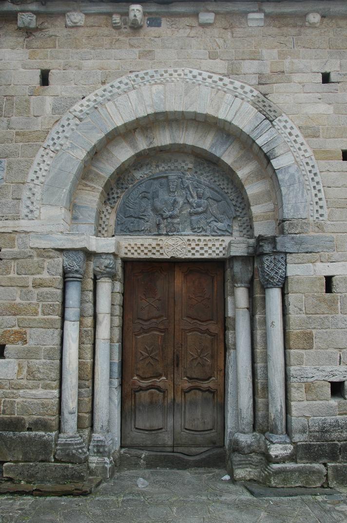 Portalada nord de l'església de la Purificació de Bossòst
