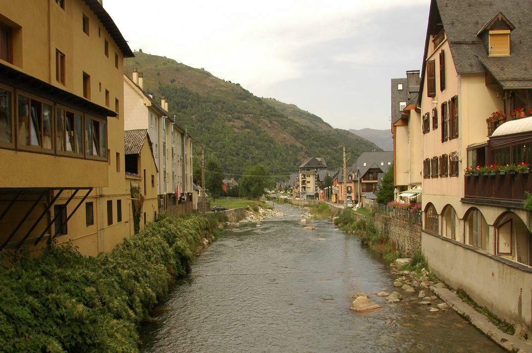 Riu Garona al seu pas per Les