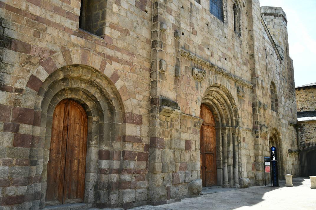 Tres portes de la façana principal de la Catedral de la Seu d'Urgell de Lleida