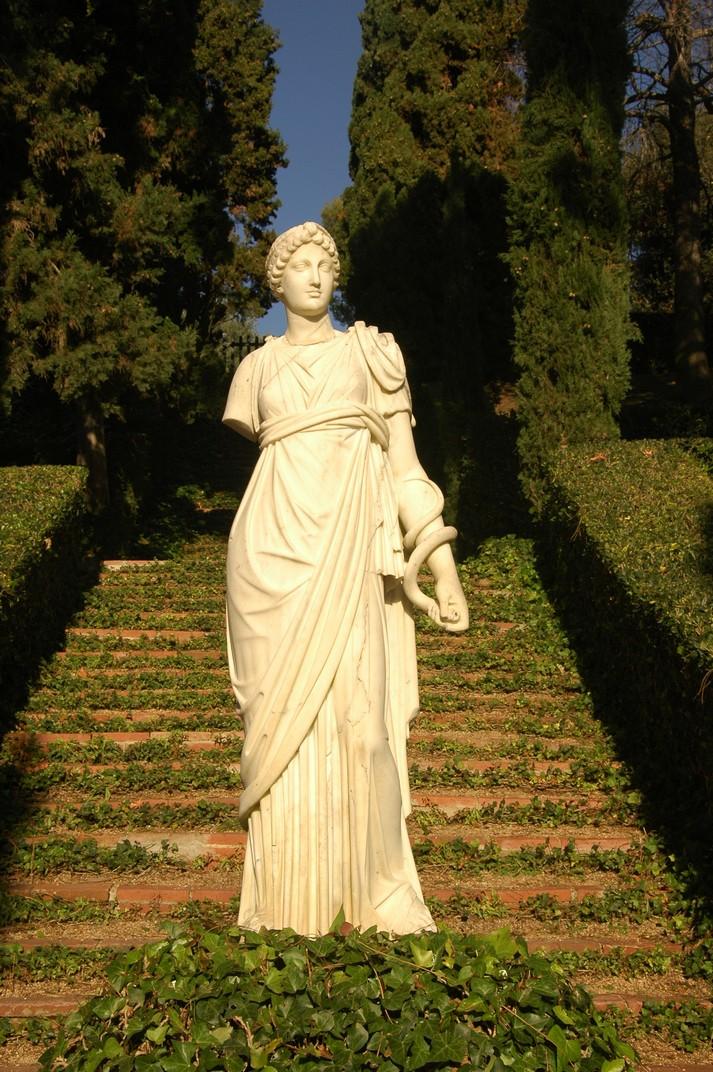 Escultura de la plaça de la Pineda dels Jardins de Santa Clotilde de Lloret de Mar