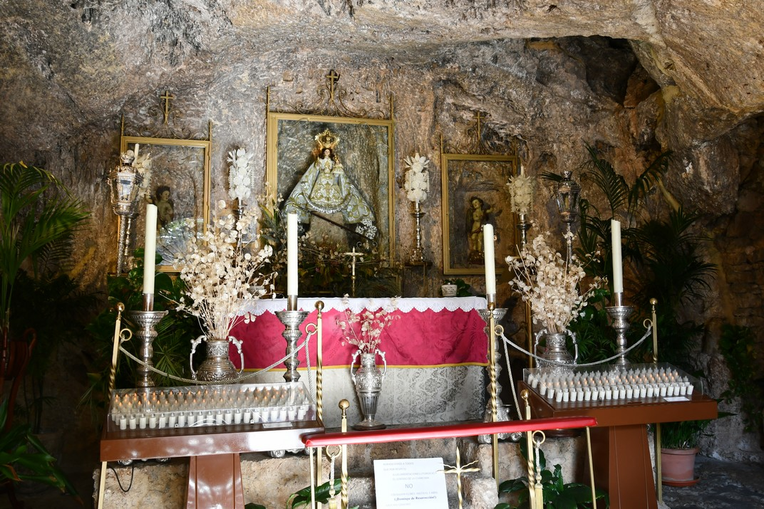 Interior de l'ermita de la Verge de la Penya de Mijas