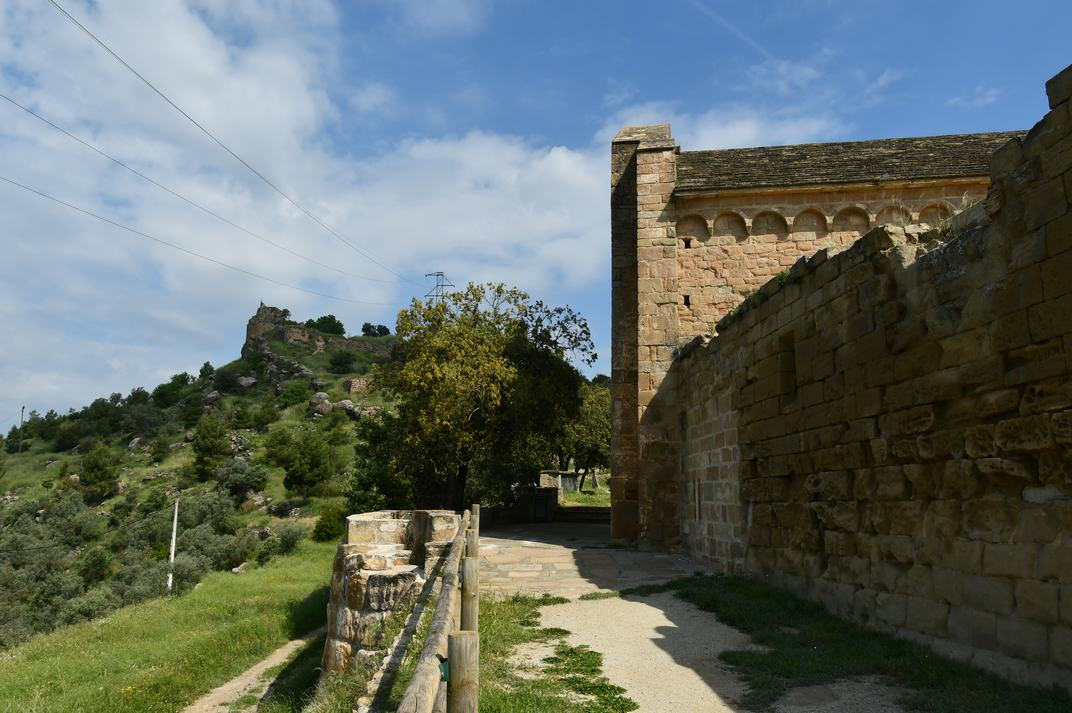 Castell i façana oest de l'església-canònica de Sant Pere de Ponts