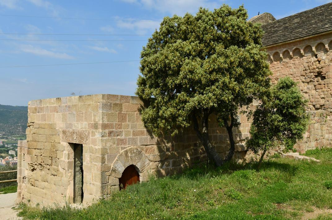 Exterior el museu de l'església-canònica de Sant Pere de Ponts