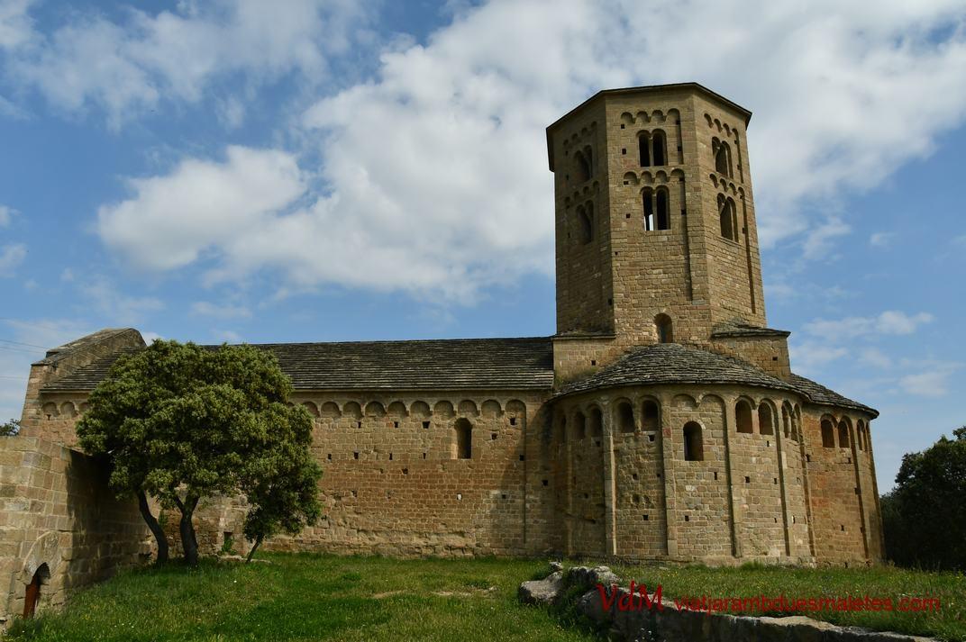 Façana sud de l'església-canònica de Sant Pere de Ponts