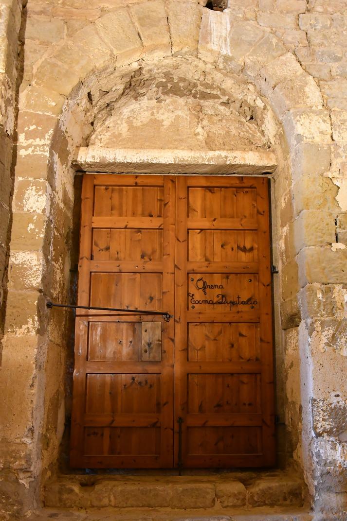 Interior porta principal de l'església-canònica de Sant Pere de Ponts
