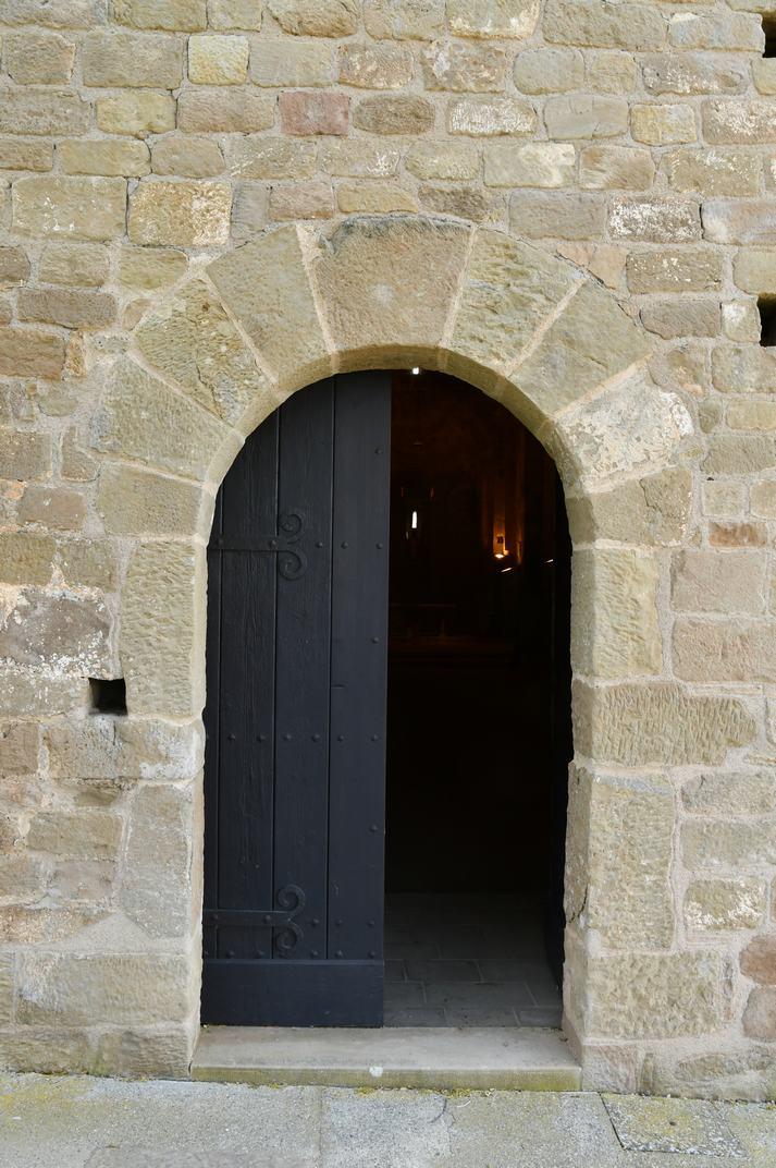 Porta de la façana oest de l'església-canònica de Sant Pere de Ponts