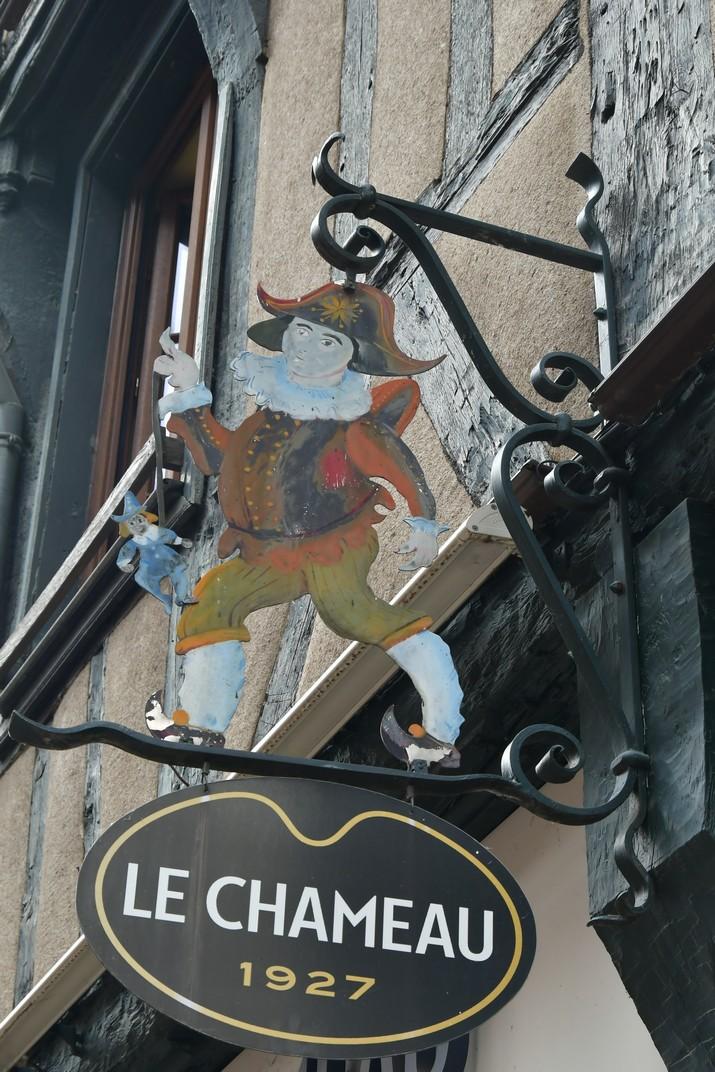 Banderoles dels comerços de la plaça Gordaine de Bourges