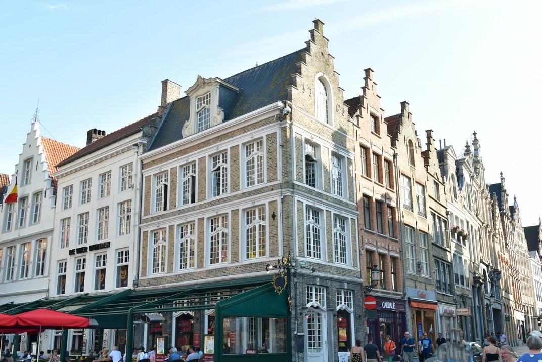 Bloc de cases amb façanes esglaonades de Bruges