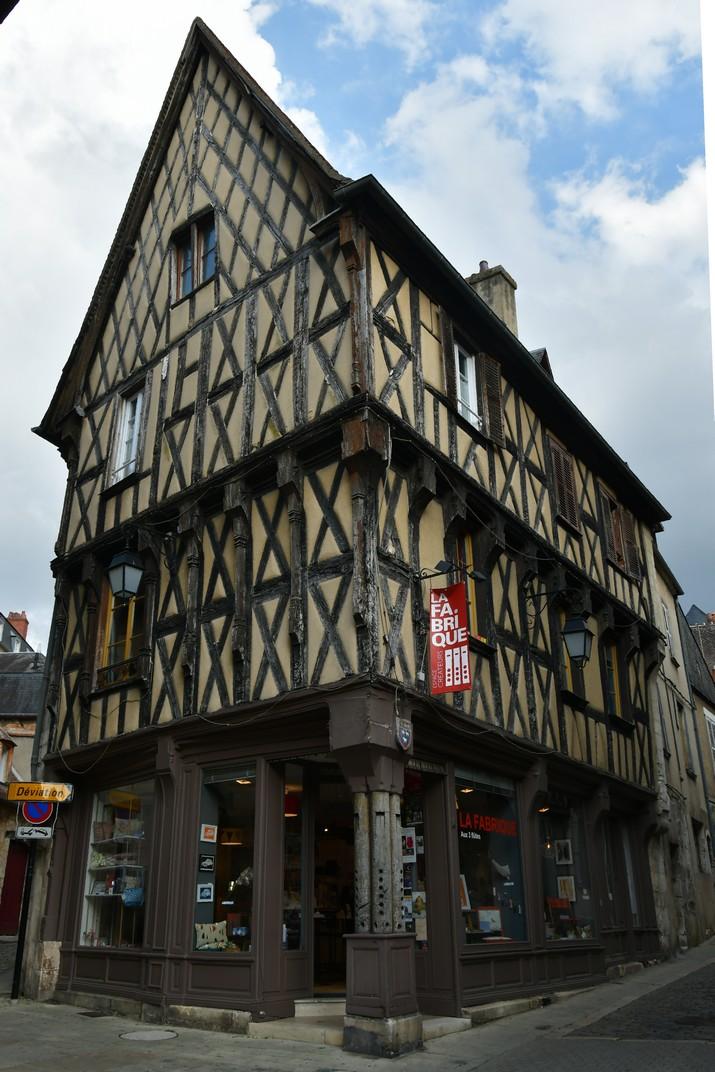 Casa d'entramat de fusta amb tres flautes de Bourges