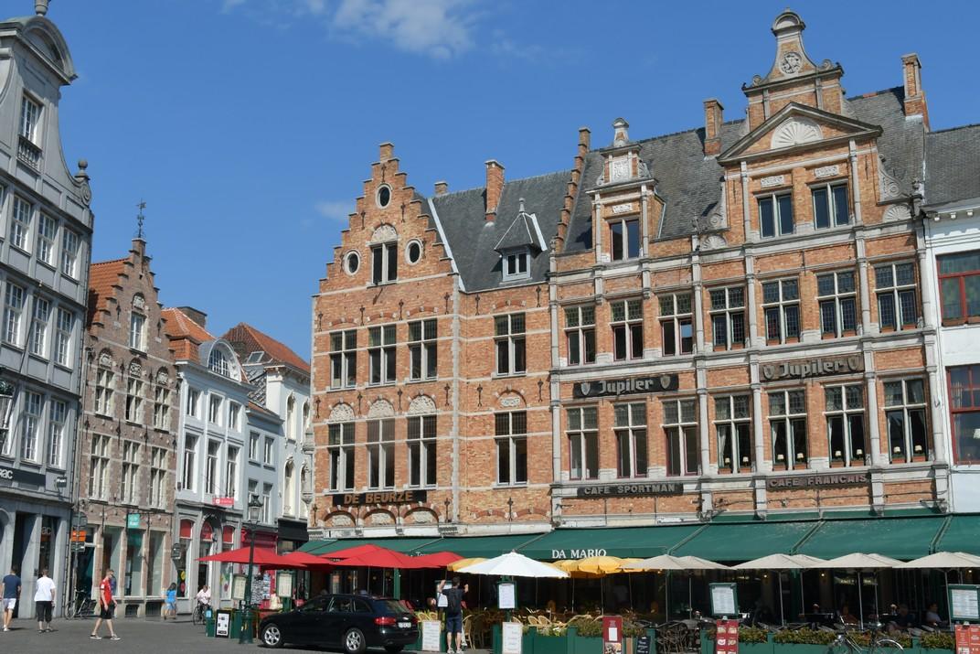 Cases del costat nord de la plaça del Mercat Gran de Bruges