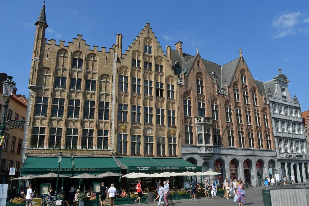 Cases del costat oest de la plaça del Mercat Gran de Bruges