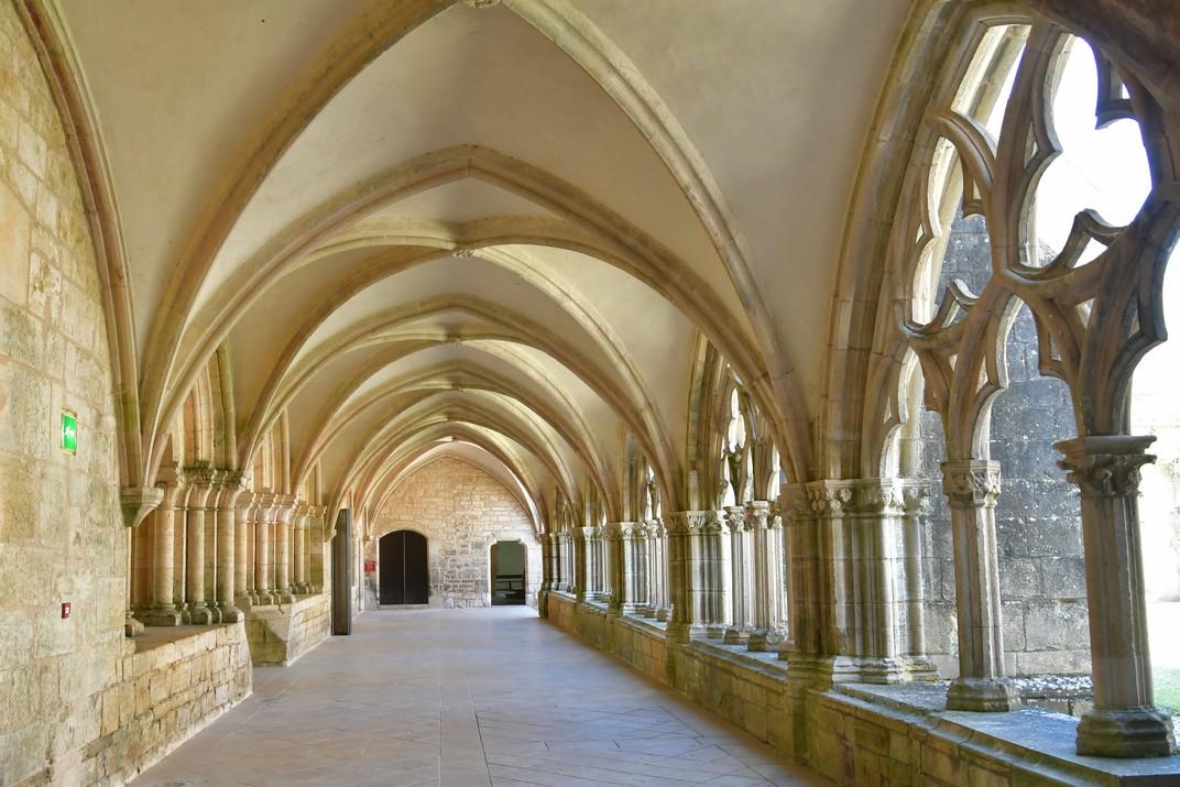 Galeria est del claustre de l'abadia de Noirlac