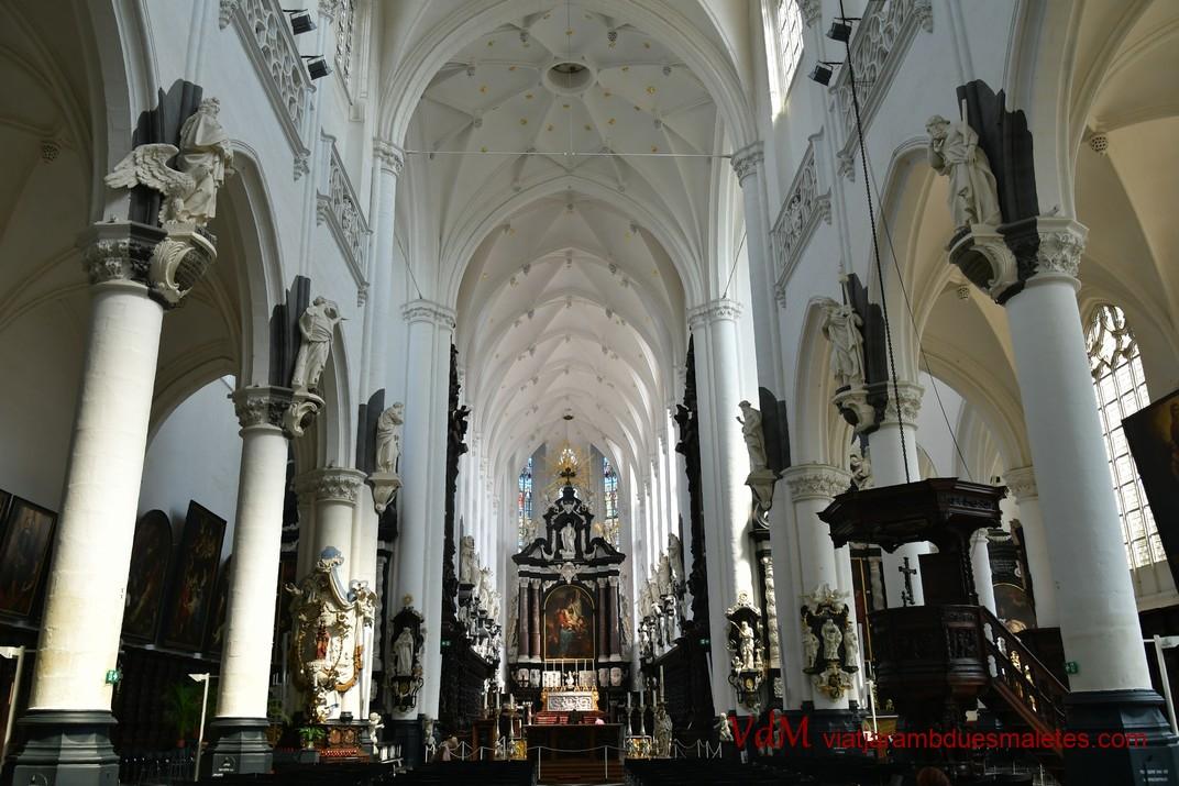 Interior - nau central de l'església de Sant Pau d'Anvers