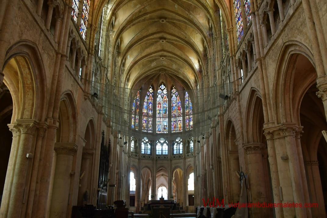 Nau central de l'església de Sant Pere de Chartres