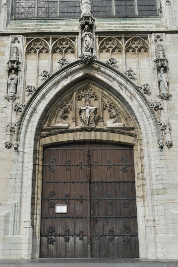Porta principal de l'església de Nostra Senyora de la Capella de Brussel·les