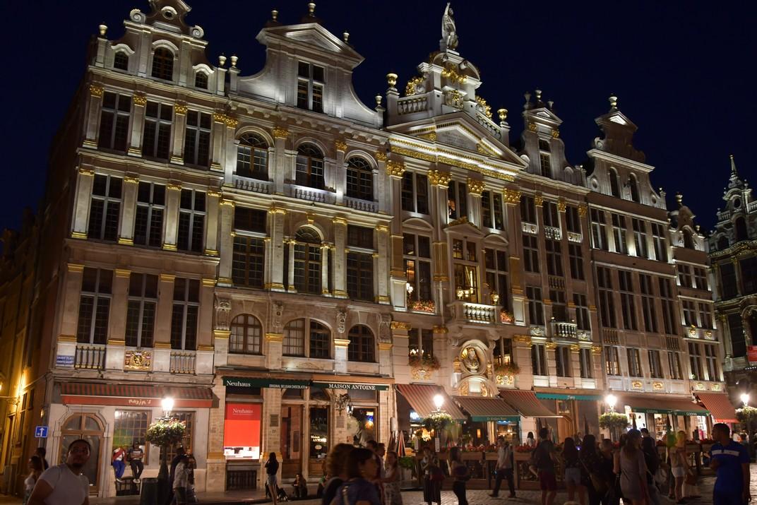 Visió nocturna de la façana nord-est de la plaça del Mercat Gran de Brussel·les