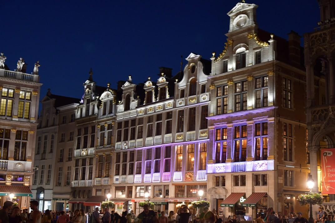 Visió nocturna de la façana nord-oest de la plaça del Mercat Gran de Brussel·les