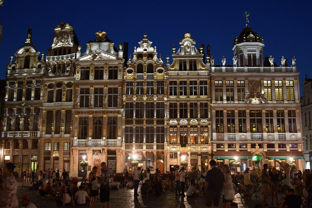 Visió nocturna de la façana oest de la plaça del Mercat Gran de Brussel·les